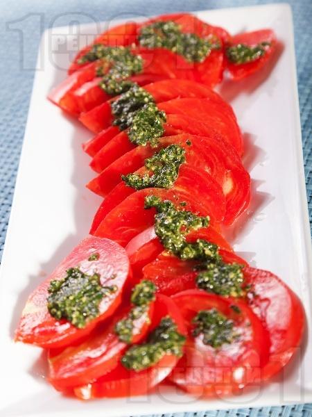 Салата от домати и сос песто - снимка на рецептата